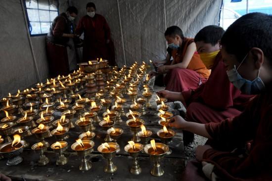 图文:结古寺的喇嘛在临时帐篷里点亮酥油灯