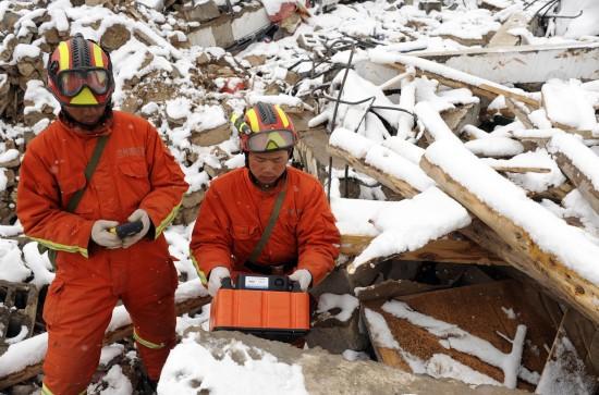 图文:救援队在扎西大同村进行拉网式搜查