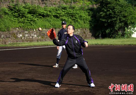 组图:温家宝与日本大学生切磋棒球