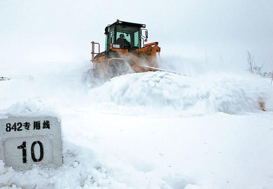 乌鲁木齐在线讯(记者博荣) 12月4日,乌鲁木齐迎来了今年入冬以来最大的一场降雪。全市出动126辆清雪车,万余名保洁员上路清扫积雪。   12月4日,记者在青年路、劳动街等路段看到,主干道上的积雪已经被清扫堆至路边。   据悉,从12月3日晚下雪后,市政部门就在路面上抛撒了融雪剂。水磨沟区环卫局清运队安技科负责人阿合买提说:3日晚23时左右开始撒融雪剂,共撒了14车。早晨8点半开始,保洁员上路清雪,对人行道和机械无法清运的地方进行人工清雪。   记者在劳动街附近看到,虽然路边有禁止停放车辆的指示牌,