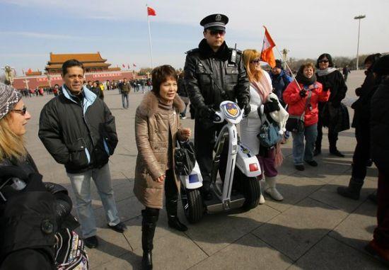 游客与巡逻车上的民警合影留念。