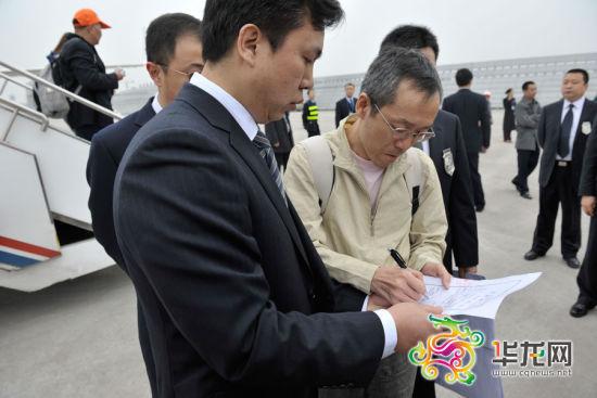 常量在逮捕证上签字。记者 李靖 摄
