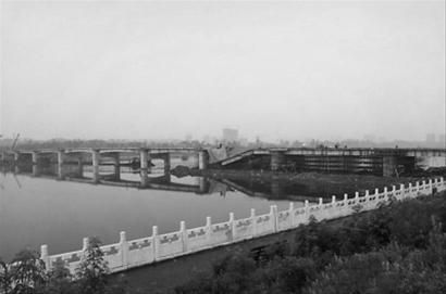 抚顺月牙岛西跨河大桥昨晚桥板坍塌。 网友供图