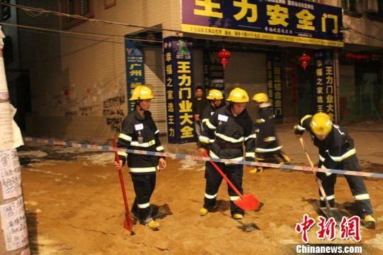 图为消防官兵利用沙土和泡沫掩埋漏到地面的油品。 王修淮 摄