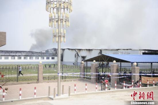 6月3日清晨,吉林省德惠市一禽业公司发生火灾,到上午10时火势基本被控制住,但现场仍有大量浓烟冒出。 张瑶 摄