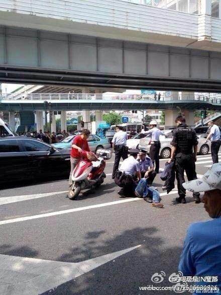 图说:今日上午,一男子从延安路高架凯旋路上匝道步行至地面持刀截车行凶,民警开枪将其控制 微博网友图