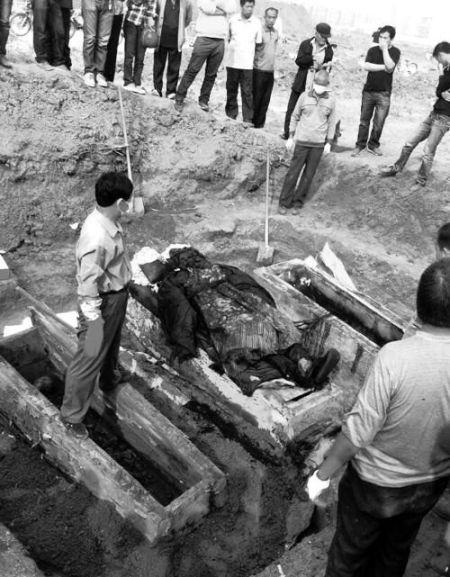中间着官服的为干尸,两边棺材中为骨架(图片由网友刘先生提供)。