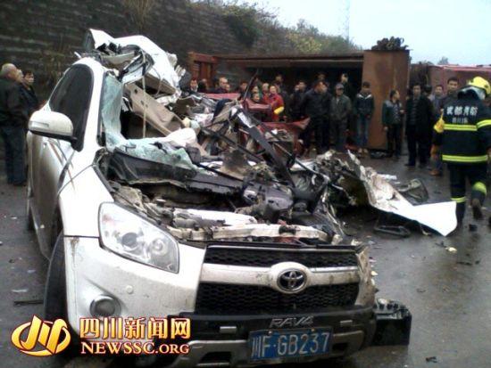 惨烈的车祸现场。 图据四川新闻网