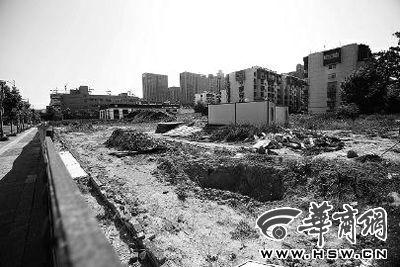 昨日,西安博文路。地铁三号线变电站施工工地围栏仍在,里面空无一人 华商报记者 王警 摄