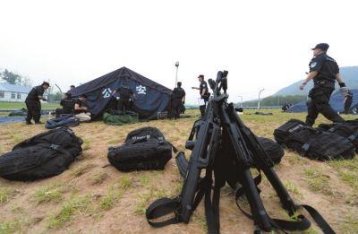 北京特警负重17公斤暴走 意在提升反恐能力  ▲队员们在空地上搭建宿营区。