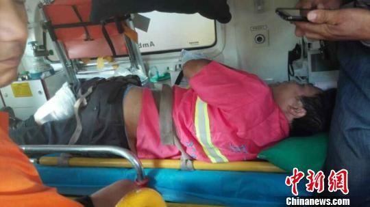 广东东莞今天早上发生环卫工人集体被打事件,二十多名穿黑色衣服的男子手持一米左右的铁管,暴打在东莞人民公园东门广场作业的环卫工人。现场共有十一名环卫工人和两名路过群众被打伤,其中六名环卫工人伤势较重。图为部分伤者被送往附近医院接受治疗。 安致标 摄