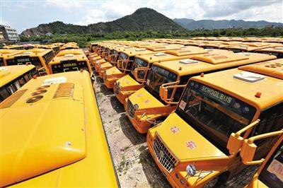 """8月28日,浙江温岭,搁置农村近1年的校车。据媒体报道,这批""""校车""""总投资约2000万元,原计划用于解决民工子弟学校学生接送难题。图/CFP"""
