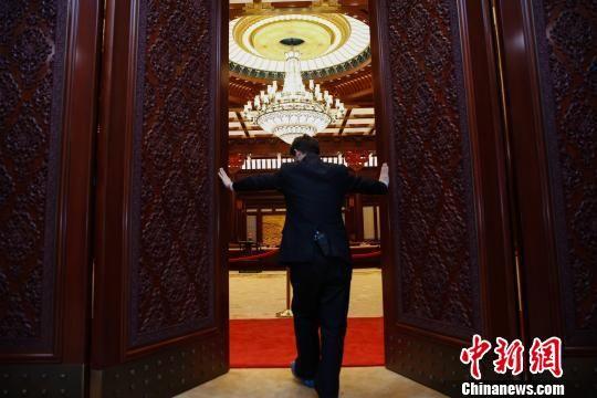 11月16日,工作人员推开3.2米高的雕花木门,北京雁栖湖APEC主会议厅映入眼帘。 王骏 摄