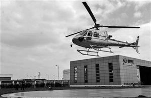4月8日,在浙江宁波捷德航空·易达中心,工作人员试飞一架即将交付客户的直升机 新华社发