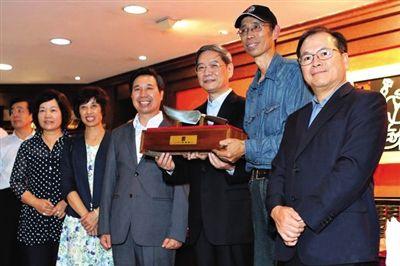 昨日,国台办主任张志军(右三)接受金门钢刀厂传人吴师傅(右二)赠予钢刀。中国台湾网