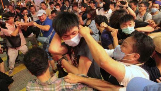 """香港百名""""港独""""分子上街唱歌反内地客 ,与爱港团体爆发冲突"""