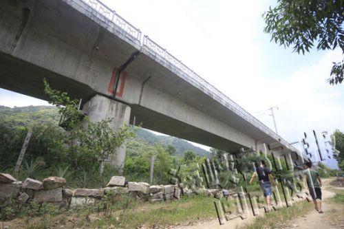 铁路桥下悬空,还用铁线围着