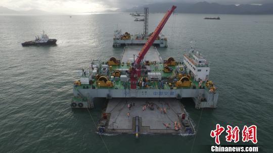 港珠澳大桥海底隧道E19沉管安装现场 陈向阳 摄