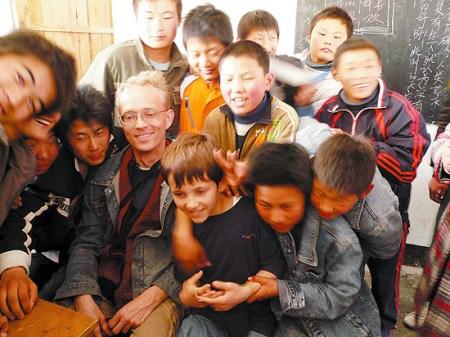 外籍人士资助贫困学生纪念在华遭灭门德国家庭