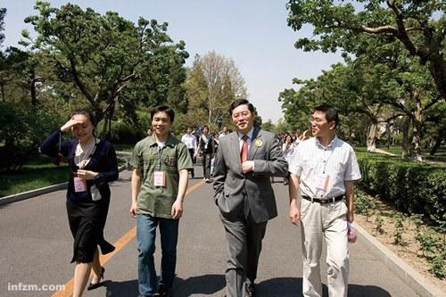 """秦刚轶事:喜欢在发布会上""""反击""""记者"""