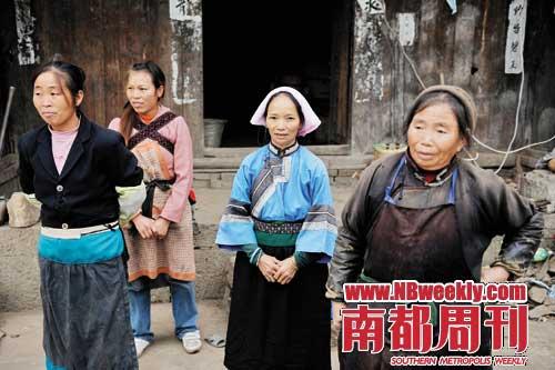 贵州省郎岱镇,穿青人在服装和生活习惯上已基本汉化,只有少数人还保留着族人的服装。