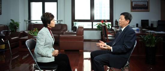 敬一丹采访尹蔚民。