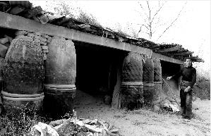 一名南焦村村民的瓮窑和建在窑厂边的房子2006年被全部推倒,他用废弃的大瓮搭起一座简易厂棚,里面储存着他生产的耐火土粉末。