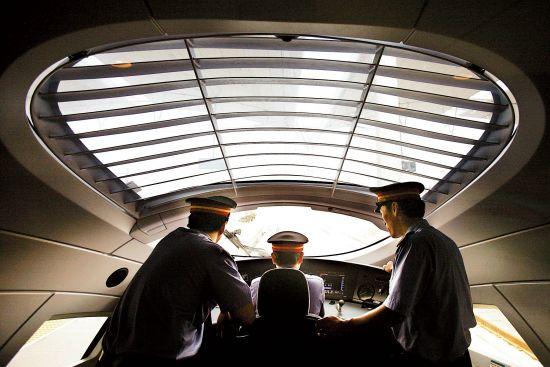 """中国高铁机车CRH3""""和谐号""""动车组驾驶室"""