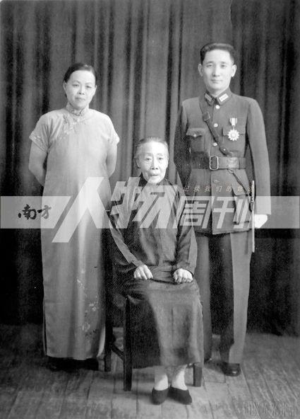 40年代,张治中夫妇与岳母赵太夫人在重庆时的合影(受访者提供)