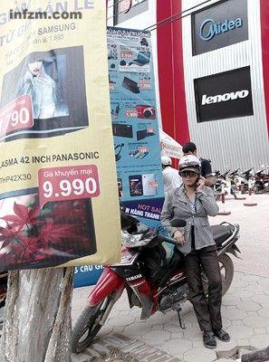 河内商场外墙上悬挂大幅中国品牌广告。中国制造深入了普通越南人生活的每一个方面。 (南方周末记者 翁洹/图)