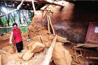 """在""""9・7""""地震中,云落小学房屋倒塌,造成3名学生遇难。"""