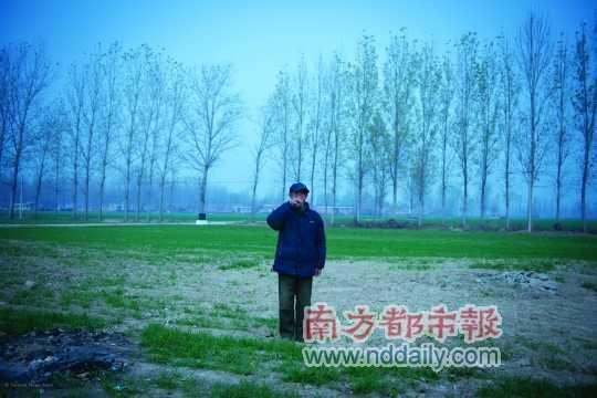 """11月21日,70岁的张方在悲剧发生地哭泣。他想不通:""""坟你说平了能多种麦,就平了,可是一块碑能占啥地方?""""曹宗文/C FP"""