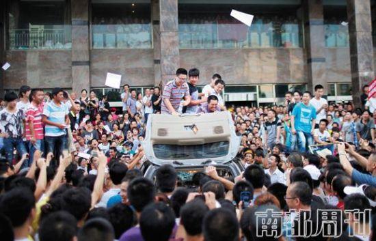 2012年7月28日,示威者聚集在启东政府大楼前抗议。半年之后,朱宝生等16名抗议者因犯聚众冲击国家机关罪被法院判刑。