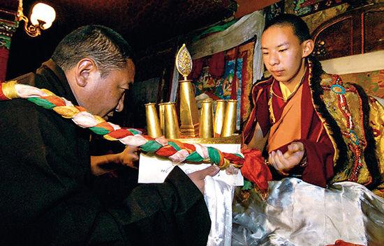 2004年8月21日,第七世珠康活佛(左)在日喀则的扎什伦布寺日光殿朝拜第十一世班禅。
