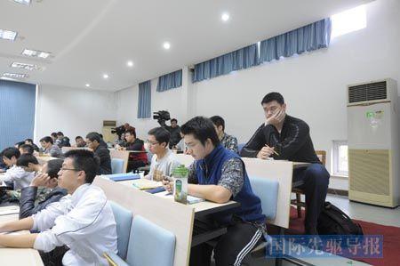 11月7日下午,姚明坐在教室里认真听讲,周围同学表现平静。新华社