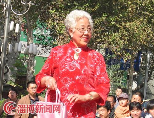 老年大学带来的模特表演,展示了老年人生活精彩的一面.