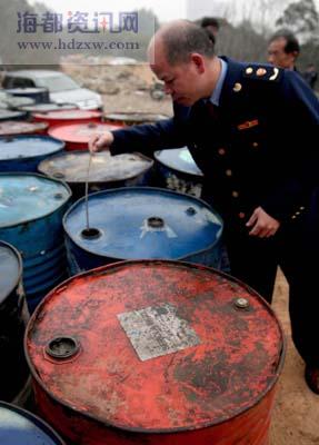石狮荒山查获地沟油黑作坊藏油10吨