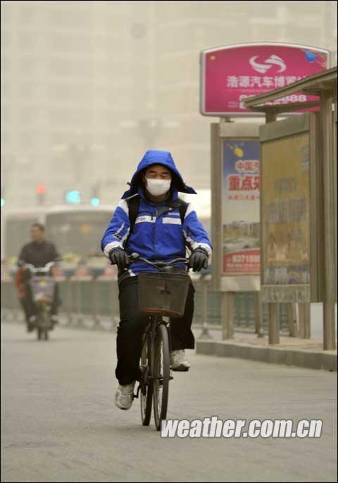 组图:山东烟台江苏淮安出现扬沙天气