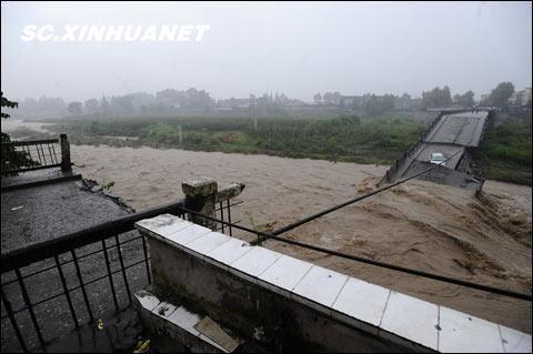 四川成都暴雨倾盆 崇州怀远镇一桥垮塌_天气预