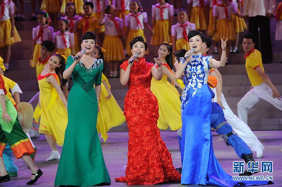 6月26日,演员表演舞蹈《鲜红的党旗》。 当日,庆祝中国共产党成立90周年文艺晚会《我们的旗帜》在北京人民大会堂首演。6月26日至28日,《我们的旗帜》将为首都各界人士连演三场,6月29日晚将进行主场演出。《我们的旗帜》共分为五部分,演出时间大约100分钟。新华社记者金良快摄