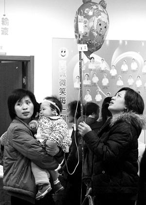 醫院內,患呼吸道疾病患者明顯增多 記者 傅琪媛 攝