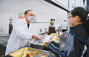 杭州一中学校长为学生打饭9年