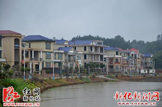 新化县委书记胡忠威现场办公指导新农村建设