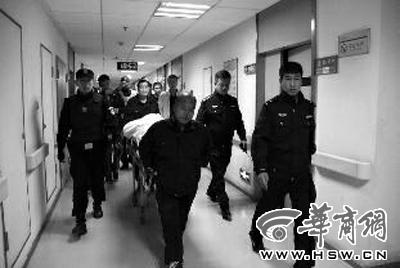 社会 村支书带人打警察被停职刑拘 病床上被戴上手铐