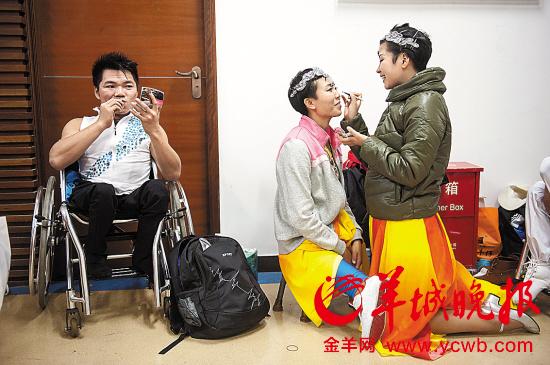 深圳残友艺术表演展示励志人生深大学子热泪盈眶