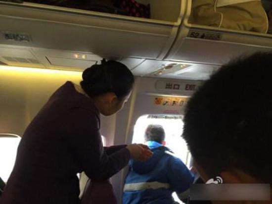乘客误将飞机安全门当扶手意外拉开