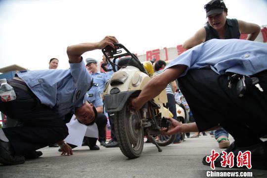 南宁交警1个月查办30万起电动车守法举动