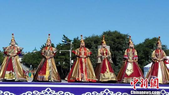 图为中国蒙古族服装服饰艺术节开幕式 内蒙古旅游局提供 摄