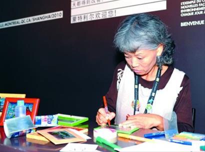 世博奶奶环保活动现场演示易拉罐上作画