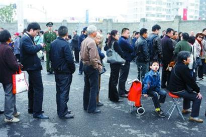 中国馆延展首日迎2万余人 市民带女儿通宵排队